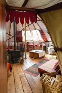 Larkhill Tipis & Yurts - Alachigh Inside